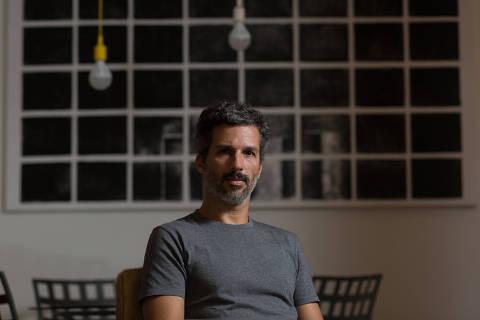 RIO DE JANEIRO, RJ, BRASIL,  17.11.2017 -  Retrato do escritor Francisco Bosco, 41, autor de ''A Vítima Tem Sempre Razão?'', em sua residência no Rio de Janeiro (RS).   (Foto: Ricardo Borges/Folhapress)
