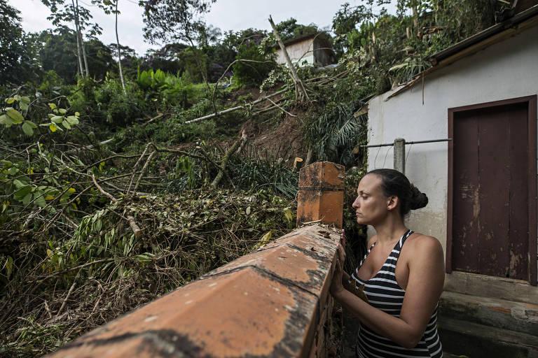 Ana Paula Alves, 34, observa desmoronamento ao lado de sua casa, em Blumenau (SC)