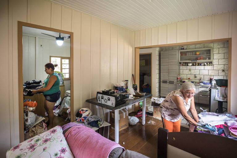 Cristiane da Silva, 30, e sua mãe, Maria Noêmia Silva, 59, que foram afetadas por um deslizamento de terra em Blumenau (SC)