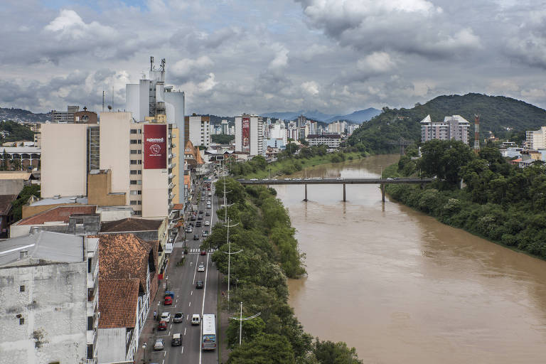 Rio Itajaí, que passa pelo centro de Blumenau (SC)