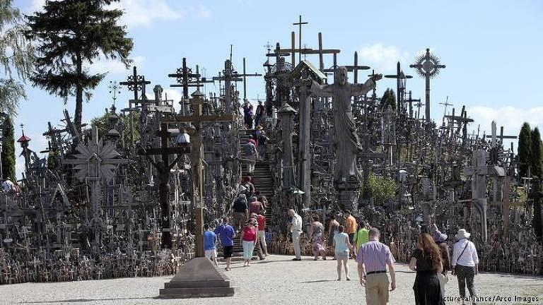 A colina parece atingir os 10 metros de altura no seu ponto máximo, que é atravessado por uma escada. Toda a sua área é coberta de cruzes, estátuas que simbolizam jesus, grandes e pequenas