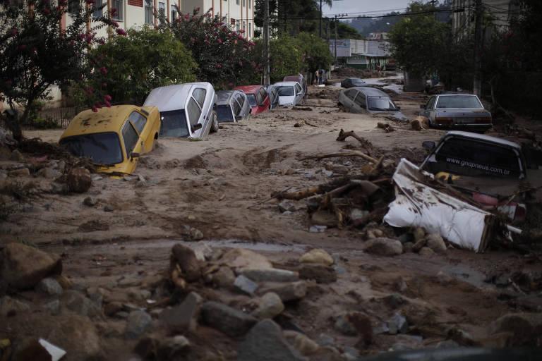 Rua destruída pela lama em Nova Friburgo, na região serrana do RJ, após chuvas de 2011