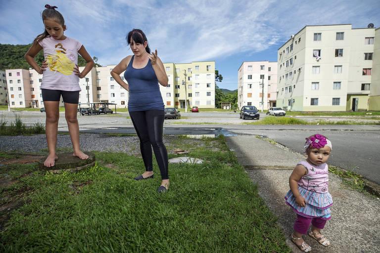 Elenita Goncalves de Azevedo, 39, com as filhas em condomínio do Minha Casa Minha Vida que recebeu muitas pessoas atingidas por desastres naturais em Blumenau (SC)
