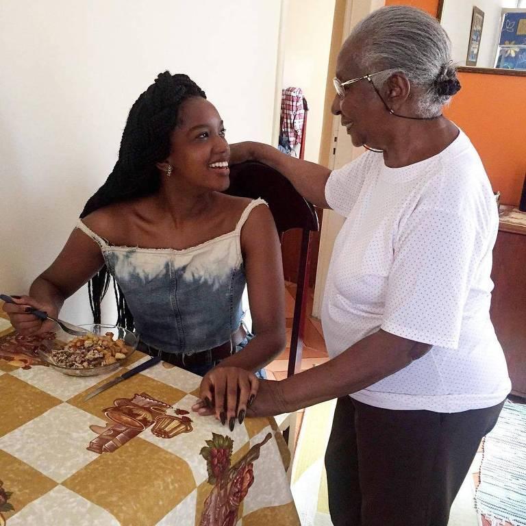 A cantora Iza posta foto de refeição na casa de sua avó Lourdes
