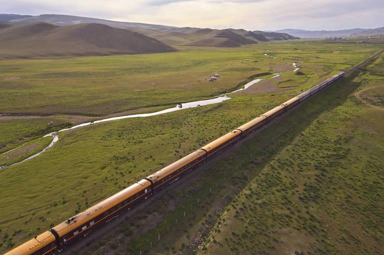Trem passa por campos na Mongólia, um dos países que fazem parte do trajeto