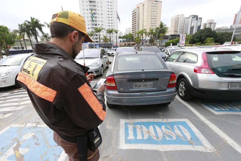Agentes da CET multam veículo no estacionamento do Shopping Ibirapuera.