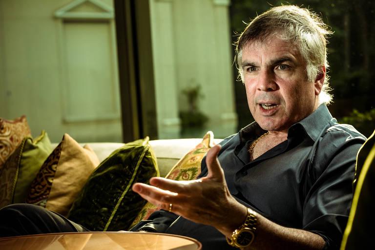 Sentado num sofá, Flavio Rocha gesticula durante fala