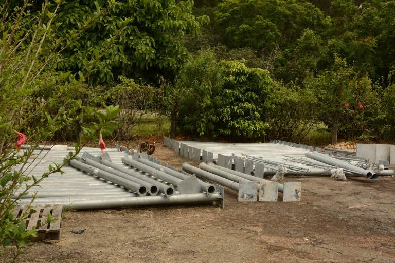 Área aberta no Cemaden reúne peças de equipamentos de monitoramento que estão parados
