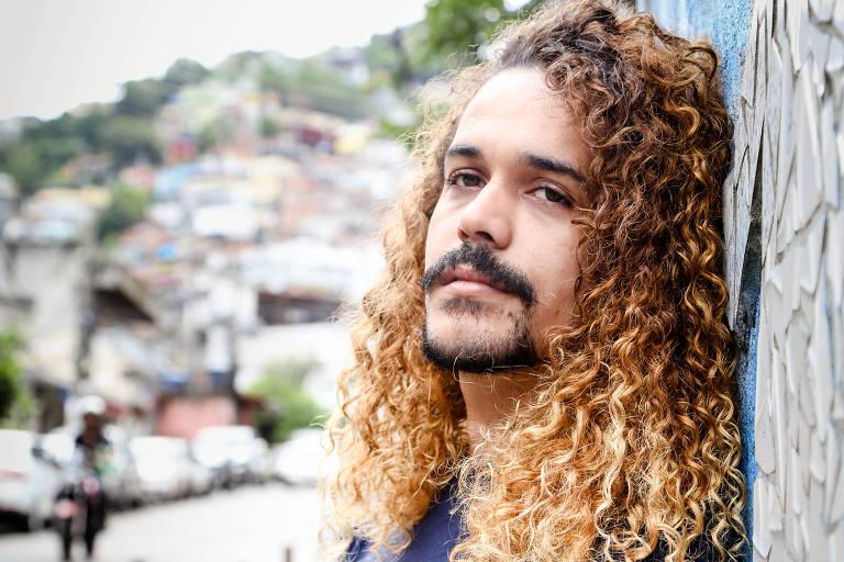 O escritor carioca Geovani Martins em rua do Vidigal