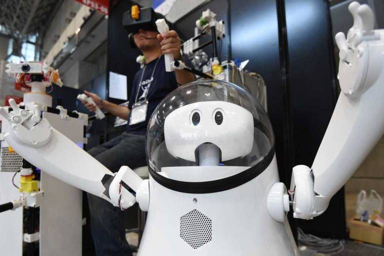 Robô brancos de braços erguidos e capacete