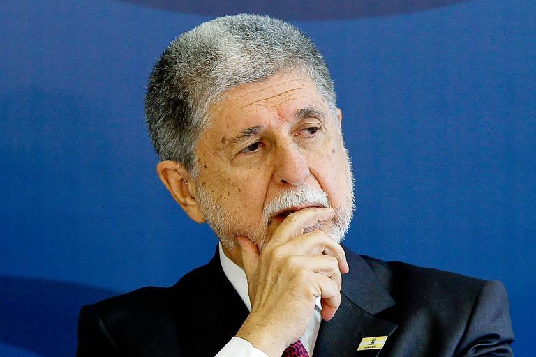 O ex-ministro Celso Amorim com a mão sobre a boca