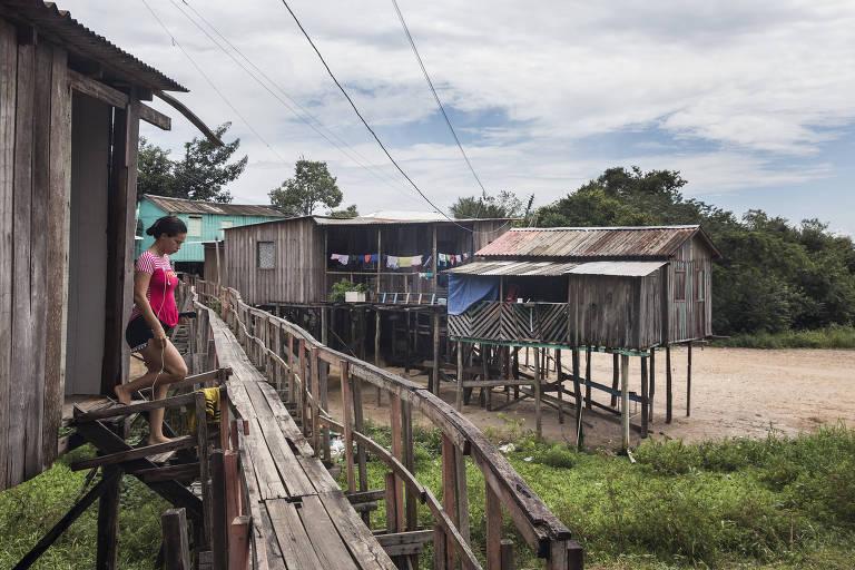 Palafitas no bairro Mauazinho, em Manaus, área que é alagada pelas cheias do rio Negro