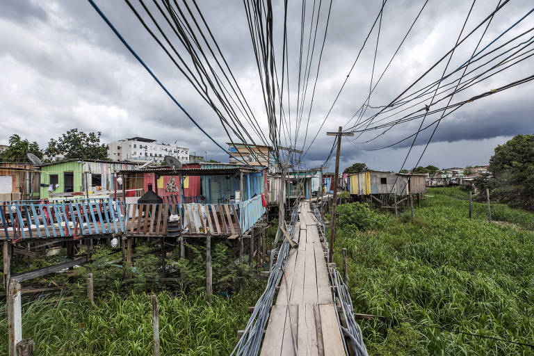 Ponte de madeira no bairro Raiz, em Manaus