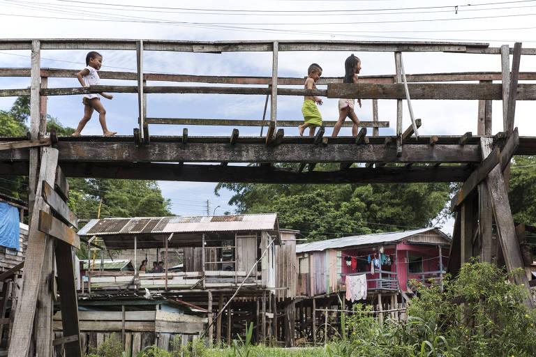 Crianças em passarela erguida pela Defesa Civil em Mauazinho, Manaus