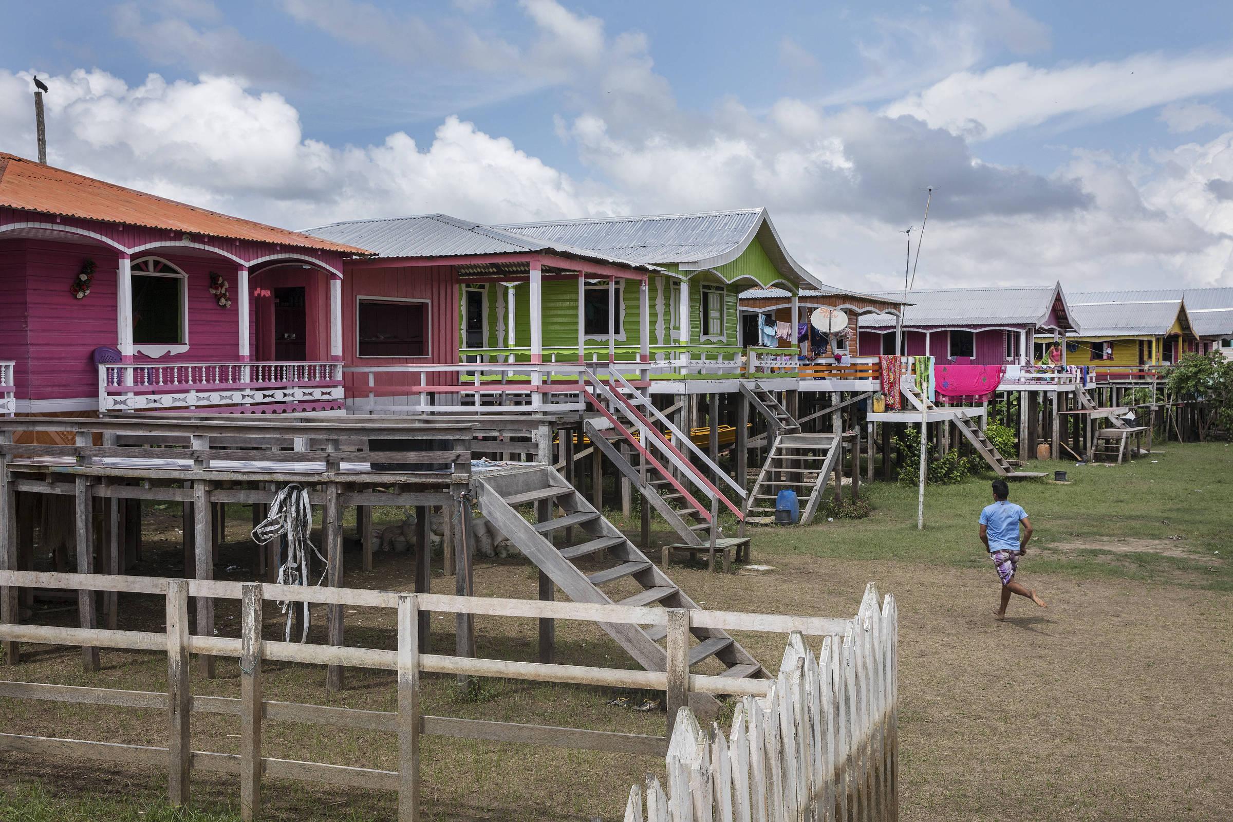 Coloridas casas erguidas sobre palafitas na comunidade ribeirinha de Marimba, no Amazonas
