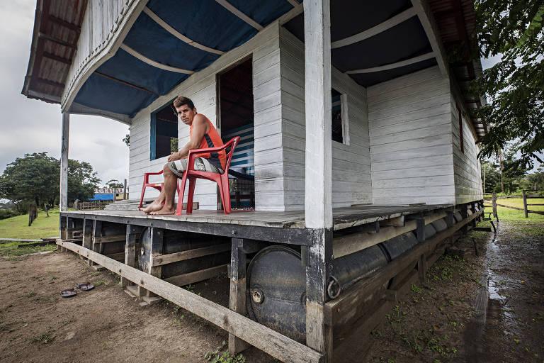 O pescador Sidnei de Oliveira, 38, em sua casa flutuante em Cristo Rei