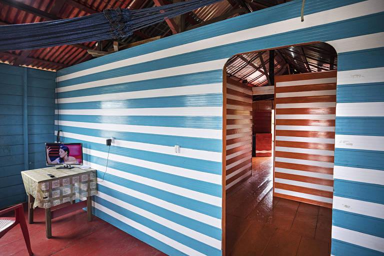 Interior da casa de Sidnei, com paredes de PVC, material mais leve que madeira