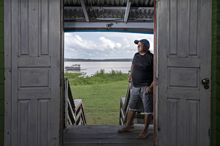 Almir Pinheiro, 52, pescador e vereador de Careiro da Várzea, em sua casa, elevada com macaco hidráulico