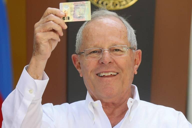 O presidente do Peru, Pedro Pablo Kuczynski, mostra documento durante cúpula com o colombiano Juan Manuel Santos em Cartagena