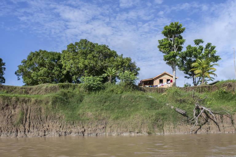 Casa em Catalão, onde a terra cede na beira do rio Solimões, no Amazonas
