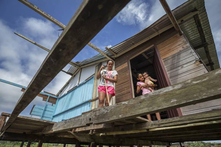 Família de Maria Pereira, 56, limpa casa que será desmontada e movida para terreno cedido pelo Incra