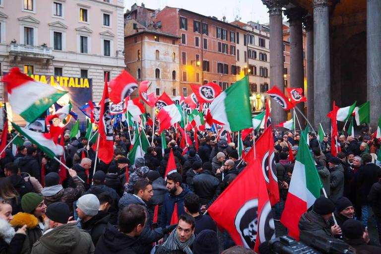 Com bandeiras italianas e em homenagem ao fascismo, militantes do partido Casa Pound fazem comício em Roma