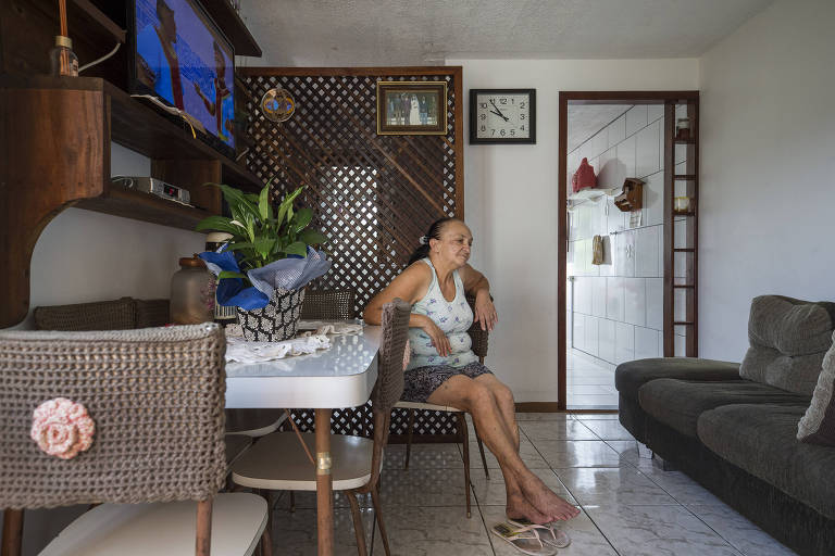 Terezinha Antunes, 58, em seu apartamento do Minha Casa Minha Vida no condomínio Morada das Nascentes