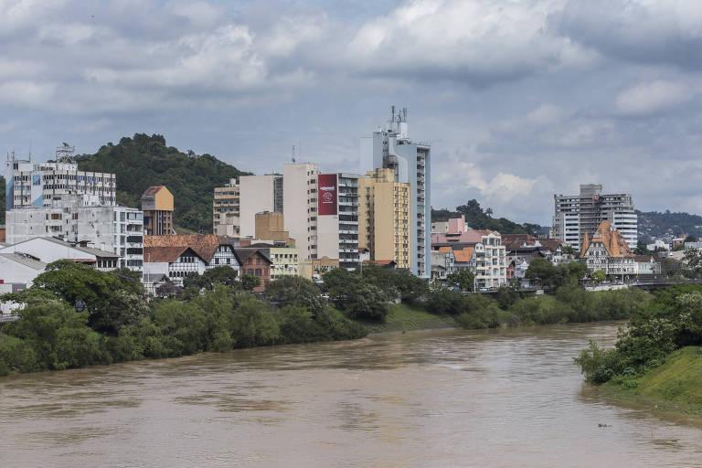 Rio Itajaí-Açú, que passa pelo centro de Blumenau