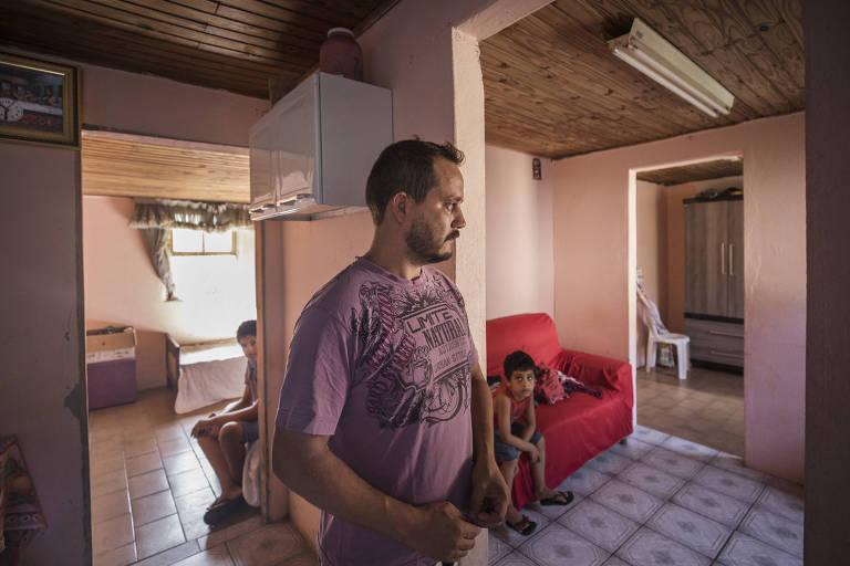 Rafael Youngblood, 32, que vive em uma casa improvisada com a mulher e os dois filhos