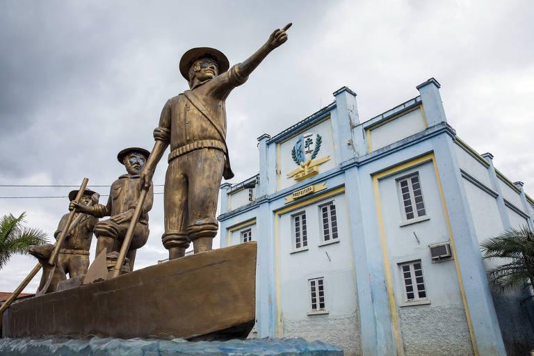 Monumento aos fundadores de Rio do Oeste (SC), em frente à antiga prefeitura da cidade
