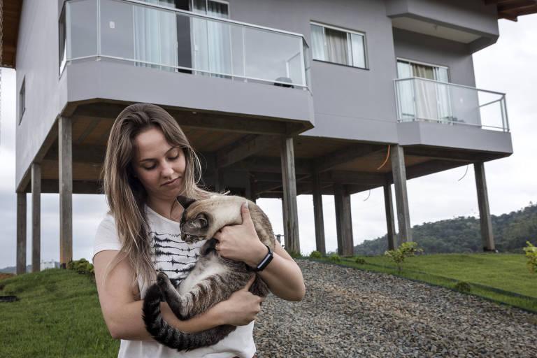A psicóloga Lana Magneski, 24, construiu sua casa sobre pilotis para protegê-la das cheias, em Rio do Oeste (SC)