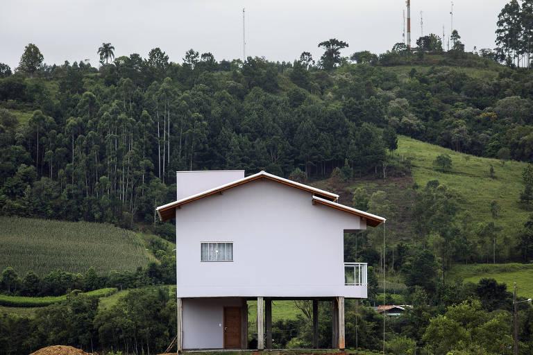 A obra da casa, suspensa a três metros do chão, já consumiu R$ 200 mil, conta a psicóloga