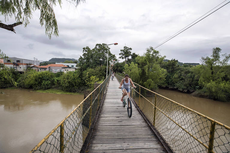 Ciclista cruza passarela sobre o rio Itajaí do Oeste em Laurentino (SC)