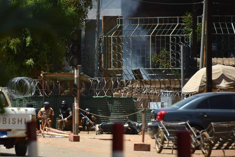 Seguranças em frente ao Instituto Francês, em Uagadugu
