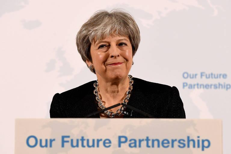 A primeira-ministra britânica, Theresa May, discursa em púlpito durante evento sobre o 'brexit' em Londres
