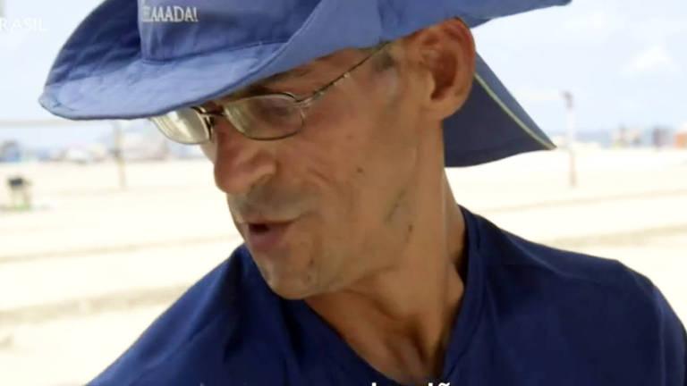 Bacharel com paralisia cerebral vende água na praia