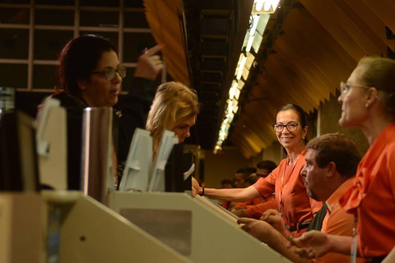 Ana Helena Guerreiro Sonoda e colegas atendem passageiros no check-in da Gol em Congonhas