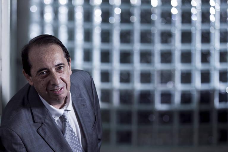 João Luiz Cunha dos Santos, 58,  gerente jurídico corporativo, em seu escritório na Tokio Marine Seguradora