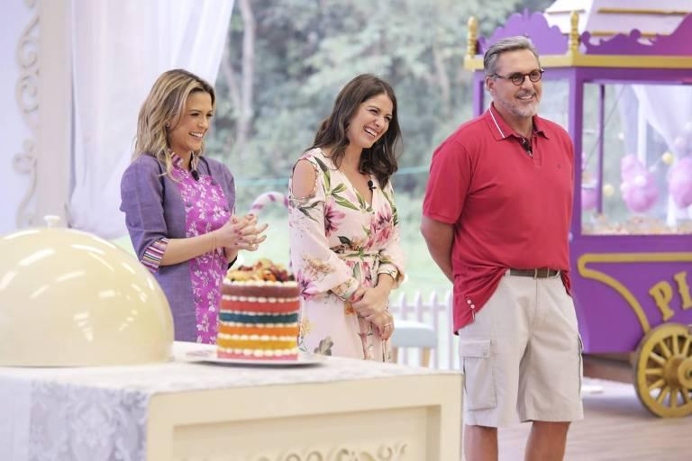 Os jurados Beca Milano (esq.) e Fabrizio Fasano Jr. (dir.) com a apresentadora Carol Fiorentino, na tenda do Junior Bake Off Brasil
