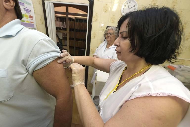 Agente de saúde aplica vacina contra febre amarela na UBS Paraventi, em Guarulhos