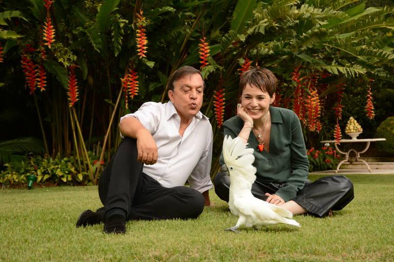 Claudio Pessutti, sobrinho de Hebe Camargo, e a roteirista Carolina Kotscho posam com a cacatua Tutu; os dois são produtores de um filme sobre a apresentadora