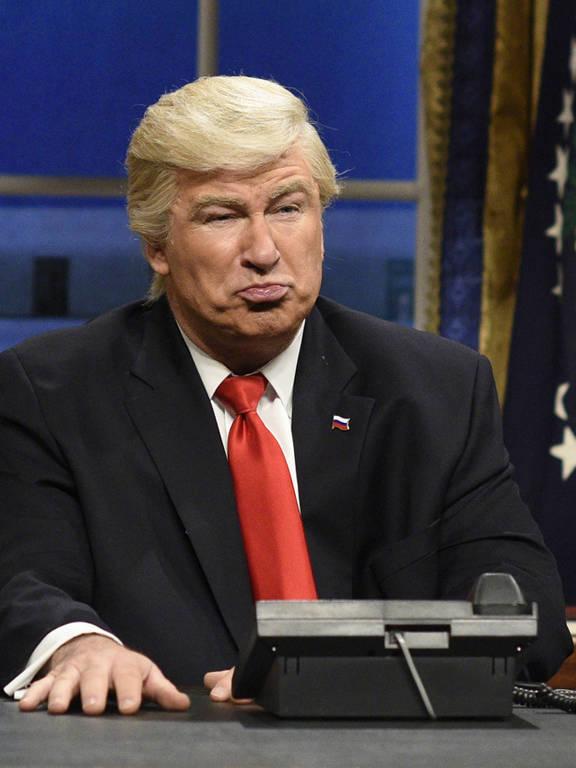 Alec Baldwin personifica o presidente americano, Donald Trump, em paródia do programa Saturday Night Live