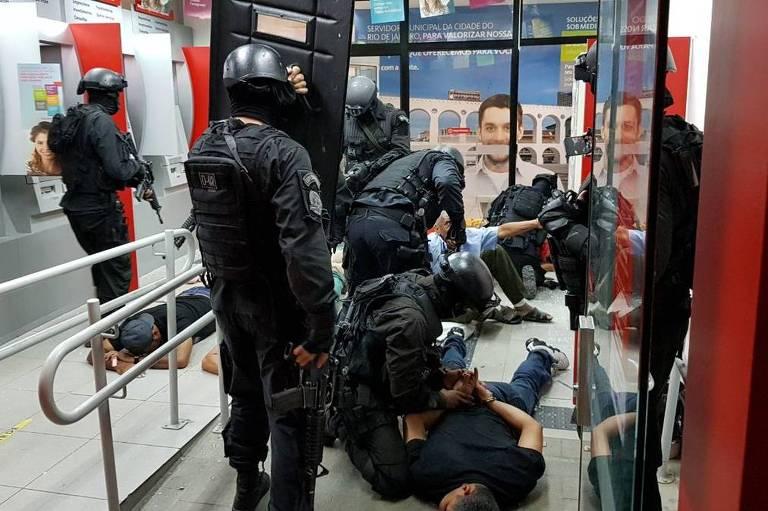 Bandidos são presos após tentativa de assalto com reféns no Rio