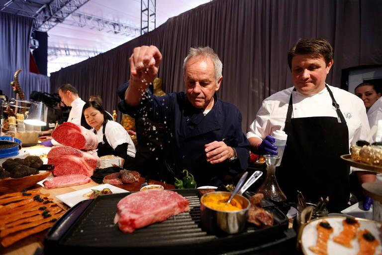 O chef Wolfgang Puck prepara uma amostra do banquete pós-Oscar eme evento para a imprensa em Los Angeles, nos EUA