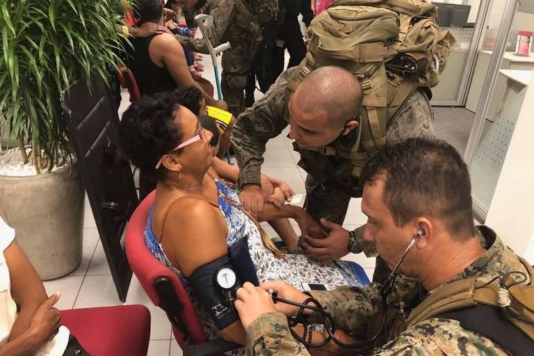 Paramédicos do Bope atendem reféns libertados após tentativa de assalto a banco no Rio