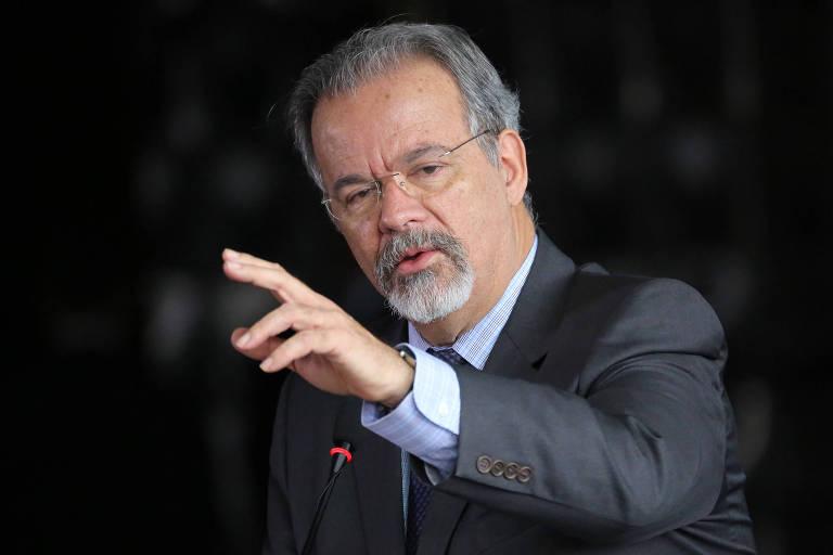 O ministro da Segurança Pública, Raul Jungmann, durante posse do diretor-geral da Polícia Federal, o delegado Rogério Galloro, em cerimônia realizada no Salão Negro do Ministério da Justiça, em Brasília (DF), nesta sexta-feira (2)