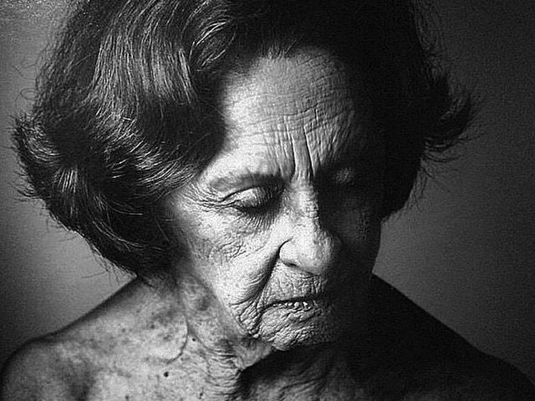 A atriz Laura Cardoso em foto de exposição em sua homenagem; clique para ver mais fotos