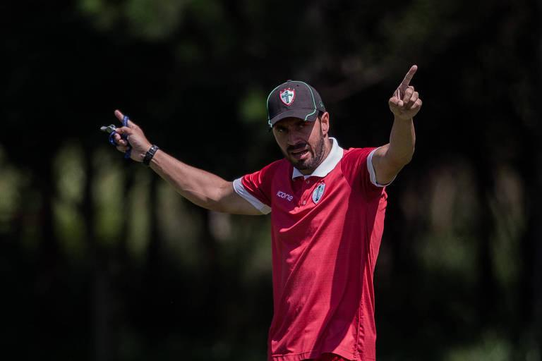 O treinador Allan Aal, durante treino da Portuguesa, no CT do clube, na zona leste de São Paulo