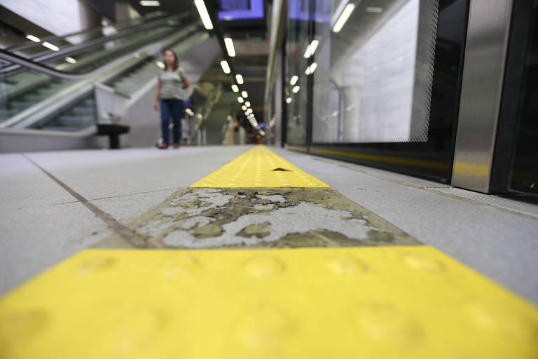 Piso tátil com falha na nova estação Brooklin, na linha 5-lilás do metrô de SP