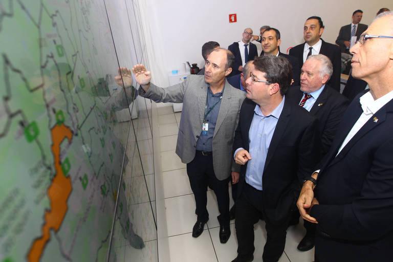 Ministro israelense Ofir Anakis (ao centro) é recenbido em São José dos Campos, no Centro Nacional de Monitoramento de Alertas e Desastres, pelo coordenador Marcelo Seluchi (à esq.), com o cônsul Dori Goren e o embaixador Yossi Shelley (à dir.)